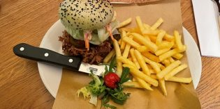 Pulled pork burger which makes you salivate: Restaurant Palavrion (25. November 2020)